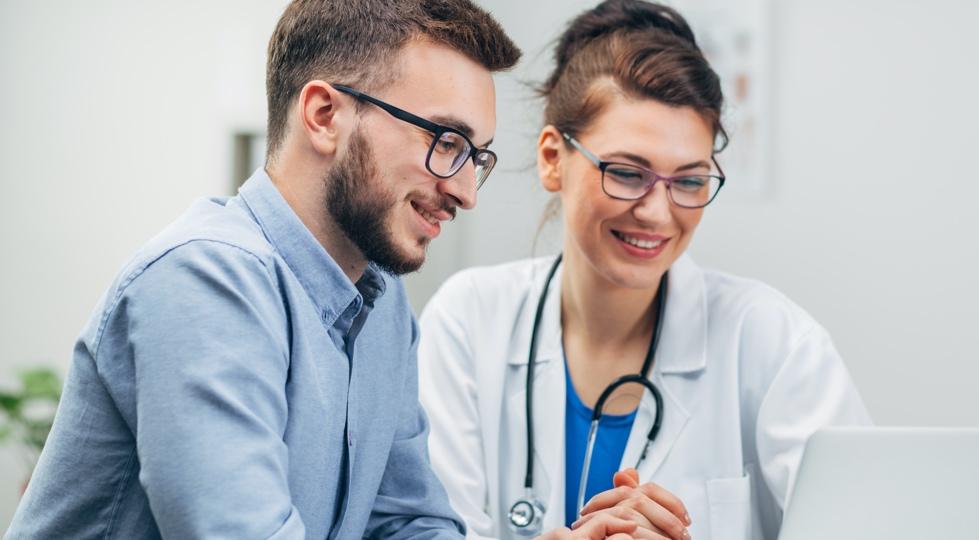 (image) un homme en consultation médicale avec une médecin
