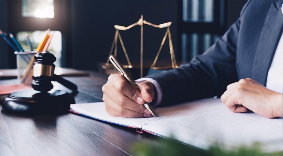 (image) juriste qui écrit à son bureau