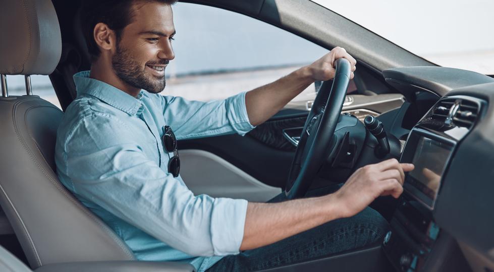 (image) homme au volant d'une belle voiture