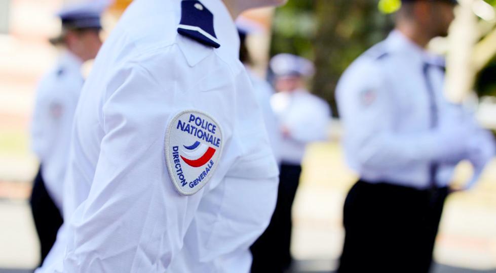 (image) épaule d'un agent de police avec insigne