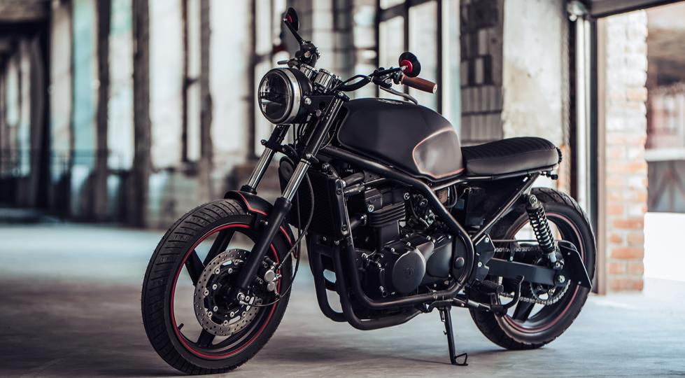 photo d'une belle moto sur béquille