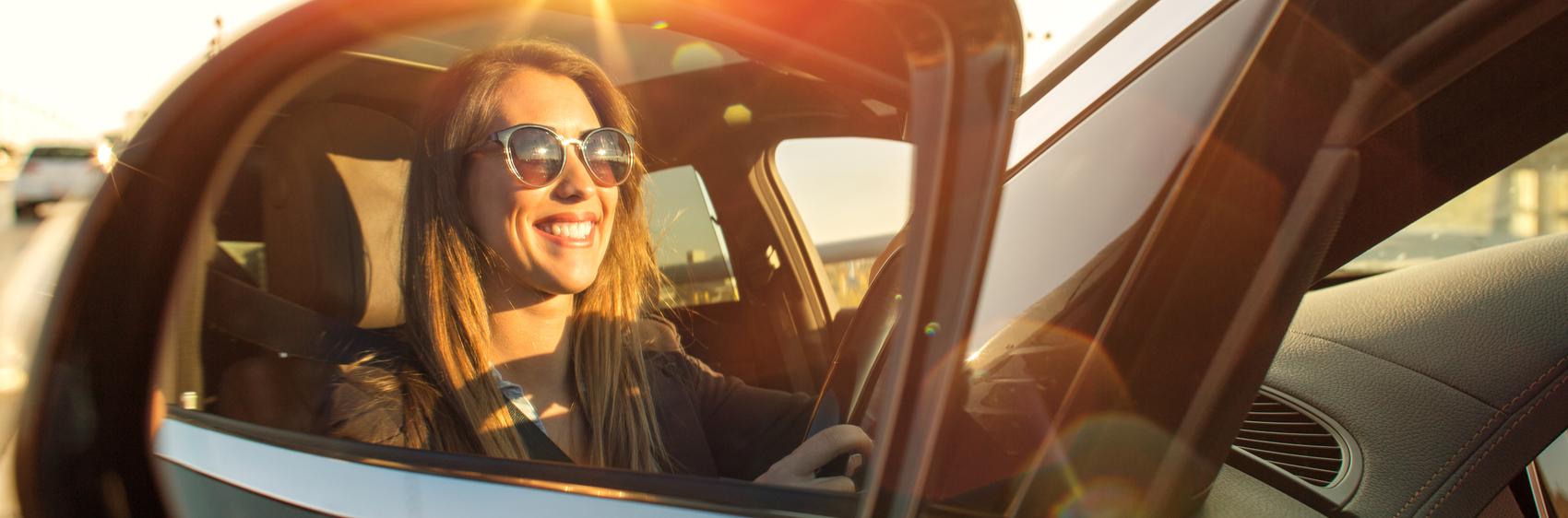 femme au volant lunettes de soleil