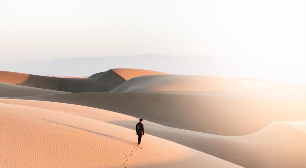 homme marchant dans le desert