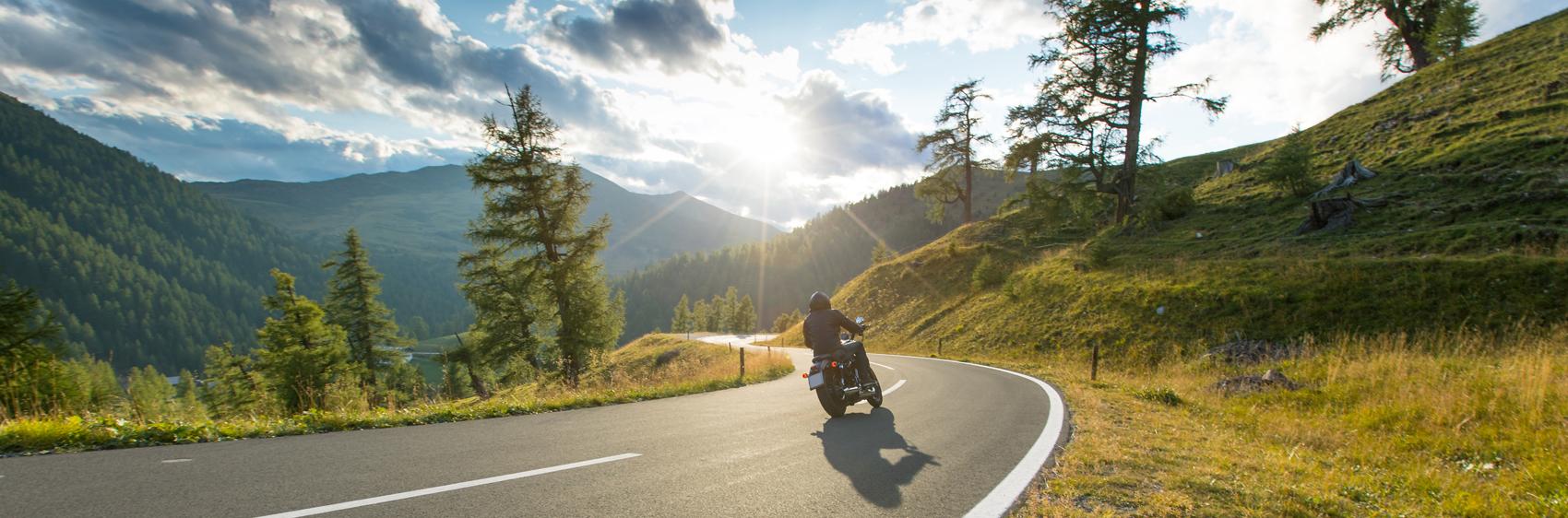moto roulant sur route de campagne