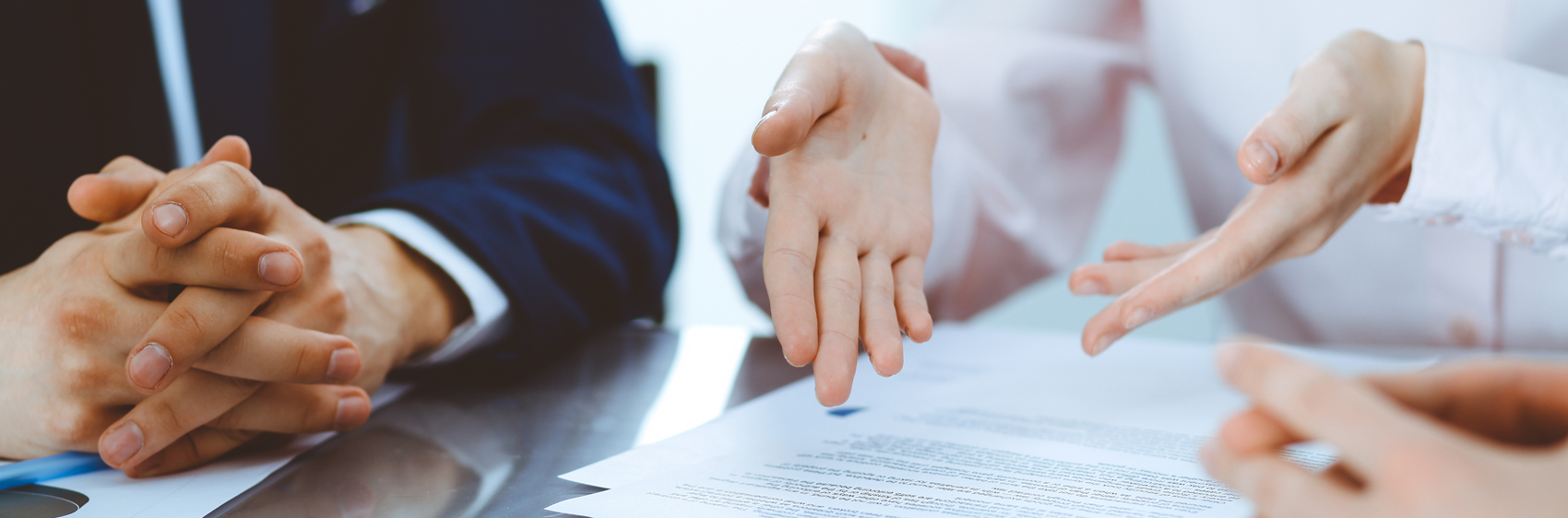 mains montrant un dossier papier