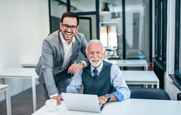 deux hommes 'affaires dont un senior sourient