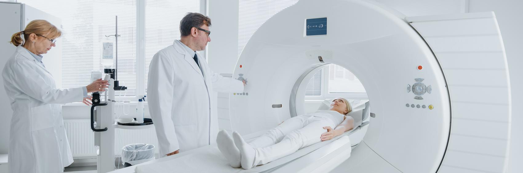 medecin qui passe un IRM à un patient