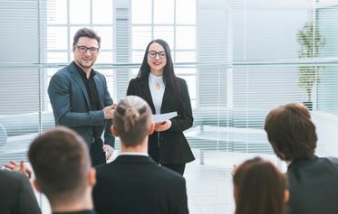 deux collègues debout en réunion