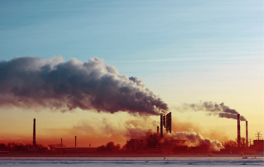 usine au loin expulsant de la fumée